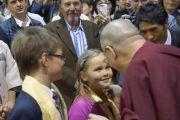 После лекции одна из юных слушательниц подарила Его Святейшеству Далай-ламе четки. Вильнюс, Литва. 13 сентября 2013 г. Фото: Джереми Рассел (офис ЕСДЛ)