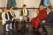 Дети берут у Его Святейшества Далай-ламы интервью для LRytas TV. Вильнюс, Литва. 13 сентября 2013 г. Фото: Джереми Рассел (офис ЕСДЛ)