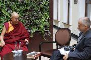 Гинас Дабазинскас берет у Его Святейшества Далай-ламы интервью для радиостанции Laisvoji Banga. Вильнюс, Литва. 13 сентября 2013 г. Фото: Джереми Рассел (офис ЕСДЛ)