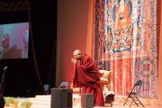 Его Святейшество Далай-лама приветствует слушателей, собравшихся на его лекцию в зале Сименс Арена. Вильнюс, Литва. 13 сентября 2013 г. Фото: Джереми Рассел (офис ЕСДЛ)