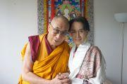 Его Святейшество Далай-лама с лауреатом Нобелевской премии мира Аун Сан Су Чжи. Прага, Чехия. 15 сентября 2013 г. Фото: Джереми Рассел (офис ЕСДЛ)