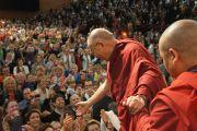 Его Святейшество Далай-лама пожимает руки слушателям  по окончании публичной лекцией в Swiss Life Hall. 18 сентября 2013 г. Фото: Джереми Рассел (ОЕСДЛ)