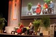 Его Святейшество Далай-лама выступает с публичной лекцией в Swiss Life Hall. 18 сентября 2013 г. Фото: Джереми Рассел (ОЕСДЛ)