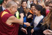 Его Святейшество Далай-лама со студентами по завершении встречи в IGS Hanover. 18 сентября 2013 г. Фото: Джереми Рассел (ОЕСДЛ)