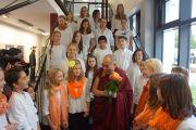 Ученики с розами приветствуют Его Святейшество Далай-ламу в IGS Hanover. 18 сентября 2013 г. Фото: Джереми Рассел (ОЕСДЛ)