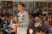 Ученик задает вопрос Его Святейшеству далай-ламе в IGS Hanover. 18 сентября 2013 г. Фото: Джереми Рассел (ОЕСДЛ)