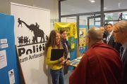"""Его Святейшество Далай-лама рассматривает стенд """"Международной Амнистии"""" в IGS Hanover в Ганновере, Германия. 18 сентября 2013 г. Фото: Джереми Рассел (ОЕСДЛ)"""