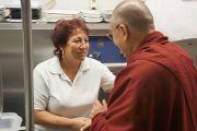 Его Святейшество  Далай-лама приветствует сотрудников гостиничной кухни  в Праге, Чехия, 16 сентября 2013 г. Фото: Джереми Рассела (ОЕСДЛ)
