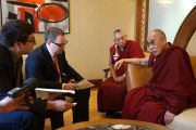 Его Святейшество  Далай-лама дает интервью Hospodarske noviny, самой крупной газете Чехии в Праге 16 сентября 2013 г. Фото: Джереми Рассела (ОЕСДЛ)