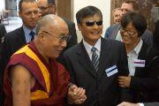 Его Святейшество  Далай-лама с активистом в области прав человека Чэнь Гуанчэнем перед началом круглого стола по вопросам демократии, прав человека и свободе вероисповедания в Восточной Азии в Карловом университете в Праге 17 сентября 2013 г. Фото: Джереми Рассела (ОЕСДЛ)