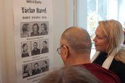 Его Святейшество с супругой покойного президента Вацвала Гавела Дагмар Хавловой у постера, рассказывающего об арестах Вацвала Гавела в его офисе в Праге, Чехия, 16 сентября 2013 г. Фото: Ондрей Бесперат (Форум 2000)