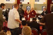 Его Святейшество Далай-лама на пресс-конференции в Зофинском дворце в Праге 17 сентября 2013 г. Фото: Джереми Рассела (ОЕСДЛ)
