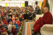 Его Святейшество Далай-лама выступает перед школьниками во время визита в Штайнхудскую гимназию в Штайнхуде, Германия, 19 сентября 2013 г. Фото: Джереми Рассел (Офис ЕСДЛ)