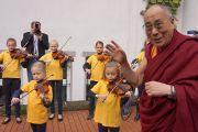 Школьники музыкой встречают прибытие Его Святейшества Далай-ламы в Вунстрофскую ратушу в Вунсторфе, Германия, 19 сентября 2013 г. Фото: Джереми Рассел (Офис ЕСДЛ)