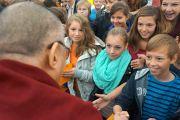 Студенты приветствуют Его Святейшество Далай-ламу во время визита в Штайнхудскую гимназию в Штайнхуде, Германия, 19 сентября 2013 г. Фото: Джереми Рассел (Офис ЕСДЛ)