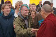 Его Святейшество Далай-лама приветствует своих доброжелателей после визита в Штайнхудскую гимназию в Штайнхуде, Германия, 19 сентября 2013 г. Фото: Джереми Рассел (Офис ЕСДЛ)