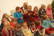 Его Святейшество Далай-лама шутит со школьниками во время визита в Штайнхудскую гимназию в Штайнхуде, Германия, 19 сентября 2013 г. Фото: Джереми Рассел (Офис ЕСДЛ)