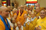 Его Святейшество Далай-лама фотографируется на память с монахами вьетнамского буддийского монастыря Вьен Зак. Ганновер, Германия. 20 сентября 2013 г. Фото: Джереми Рассел (офис ЕСДЛ)