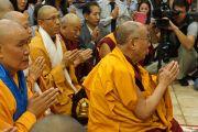 Его Святейшество Далай-лама читает молитву перед статуей Будды во вьетнамском буддийском монастыре Вьен Зак. Ганновер, Германия. 20 сентября 2013 г. Фото: Джереми Рассел (офис ЕСДЛ)