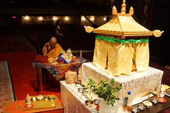 Далай-лама даровал в Нью-Йорке посвящение Будды Шакьямуни «Установление в трех самайях» и прочел публичную лекцию о ненасилии