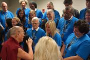 Его Святейшество Далай-лама беседует с волонтерами, работавшими во время подготовки и проведения мероприятий в зале Gwinnet Arena. Атланта, штат Джорджия, США. 8 октября 2013 г. Фото: Джереми Рассел (офис ЕСДЛ)