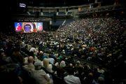 Во время выступления Его Святейшества Далай-ламы в зале Gwinnet Arena. Атланта, штат Джорджия, США. 8 октября 2013 г. Фото: Джереми Рассел (офис ЕСДЛ)