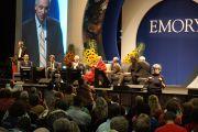 """Его Святейшество Далай-лама и другие докладчики на конференции """"Светская этика и образование"""" в зале Gwinnet Arena. Атланта, штат Джорджия, США. 8 октября 2013 г. Фото: Джереми Рассел (офис ЕСДЛ)"""