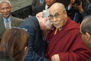 """Его Святейшество Далай-лама со своим другом Ричардом Муром, основателем фонда """"Дети под перекрестным огнем"""", перед началом лекции в зале Gwinnet Arena. Атланта, штат Джорджия, США. 8 октября 2013 г. Фото: Джереми Рассел (офис ЕСДЛ)"""