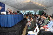 """Его Святейшество Далай-лама на встрече с членами программы """"Инициатива Китай-Тибет"""" в университете Эмори. Атланта, штат Джорджия, США. 9 октября 2013 г. Фото: Сонам Зоксанг"""