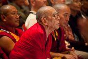 Ганден Три Ринпоче слушает выступление Его Святейшества Далай-ламы в университете Эмори. Атланта, штат Джорджия, США. 9 октября 2013 г. Фото: Emory University