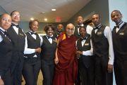Его Святейшество Далай-лама и сотрудники зала Cox Ballroom. Атланта, штат Джорджия, США. 9 октября 2013 г. Фото: Джереми Рассел (офис ЕСДЛ)