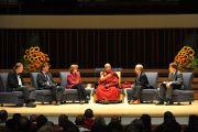 """Его Святейшество Далай-лама выступает на обсуждении """"Преодоление нравственных разногласий: способна ли светская этика объединить нас?"""" в университете Эмори. Атланта, штат Джорджия, США. 9 октября 2013 г. Фото: Сонам Зоксанг"""