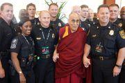 Его Святейшество Далай-лама фотографируется на память с полицейскими, отвечавшими за безопасность во время его визита в университет Эмори. Атланта, штат Джорджия, США. 10 октября 2013 г. Фото: Джереми Рассел (офис ЕСДЛ)
