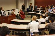 Во время занятия в одной из аудиторий Его Святейшество Далай-лама беседует со студентами университета Эмори о светской этике. Атланта, штат Джорджия, США. 10 октября 2013 г. Фото: Джереми Рассел (офис ЕСДЛ)
