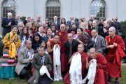 """Его Святейшество Далай-лама с членами некоммерческой организации """"Монастырь Дрепунг Лоселинг"""", соорганизатора учений Его Святейшества в университете Эмори. Атланта, штат Джорджия, США. 10 октября 2013 г. Фото: Сонам Зоксанг"""