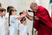 Его Святейшество Далай-лама приветствует детей, выступавших перед его лекцией в Папском университете. Мехико, Мексика. 12 октября 2013 г. Фото: Оскар Фернандес