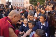 Его Святейшество Далай-лама здоровается со школьниками, встречающими его у церкви Св.Августина. Сакатекас, Мексика. 16 октября 2013 г. Фото: Джереми Рассел (офис ЕСДЛ)
