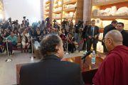 Его Святейшество Далай-лама общается с журналистами на пресс-конференции в церкви Св.Августина. Сакатекас, Мексика. 16 октября 2013 г. Фото: Джереми Рассел (офис ЕСДЛ)