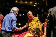 Его Святейшество Далай-лама приветствует Ричарда Гира на сцене театра Beacon Theater перед началом учений. Нью-Йорк, США. 18 октября 2013 г. Фото: Robert Nickelsberg