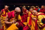 Его Святейшество Далай-лама приветствует членов сангхи на сцене театра Beacon Theater перед началом учений. Нью-Йорк, США. 18 октября 2013 г. Фото: Robert Nickelsberg