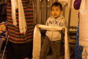 Маленький мальчик ждет, чтобы поприветствовать Его Святейшество Далай-ламу перед началом учений. Нью-Йорк, США. 18 октября 2013 г. Фото: Джереми Рассел (офис ЕСДЛ)