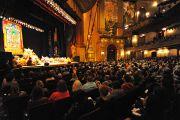 Театр Beacon Theater, место проведения трехдневных учений Его Святейшество Далай-ламы. Нью-Йорк, США. 18 октября 2013 г. Фото: Robert Nickelsberg