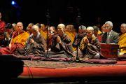 """Китайские монахи читают """"Сутру сердца"""" на китайском языке в начале второго дня учений Его Святейшества Далай-ламы. Нью-Йорк, США. 20 октября 2013г. Фото: Сонам Зоксанг"""