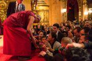 """Его Святейшество Далай-лама пожимает руки слушателям в завершение трехдневных учений в театре """"Маяк"""". Нью-Йорк, США. 20 октября 2013г. Фото: Robert Nickelsberg"""
