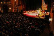 """Зал театра """"Маяк"""", места проведения трехдневных учений Его Святейшества Далай-ламы. Нью-Йорк, США. 20 октября 2013г. Фото: Robert Nickelsberg"""