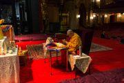Его Святейшество Далай-лама выполняет подготовительные ритуалы перед проведением посвящения. Нью-Йорк, США. 20 октября 2013г. Фото: Robert Nickelsberg