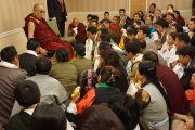 Его Святейшество Далай-лама на встрече с членами тибетской общины. Нью-Йорк, США. 21 октября 2013 г. Фото: Джереми Рассел (офис ЕСДЛ)