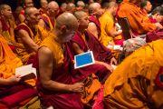 Члены монашеской общины слушают учения Его Святейшества Далай-ламы. Нью-Йорк, США. 20 октября 2013г. Фото: Robert Nickelsberg