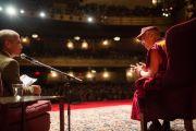 Его Святейшество Далай-лама и его переводчик, Туптен Джинпа, отвечают на вопросы слушателей во время публичной лекции. Нью-Йорк, США. 20 октября 2013г. Фото: Robert Nickelsberg
