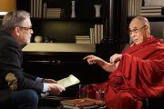 Яцек Заковски с Польского телевидения берет интервью у Его Святейшества Далай-ламы в Варшаве, Польша. 23 октября 2013 г. Фото: Джереми Рассел (ОЕСДЛ)
